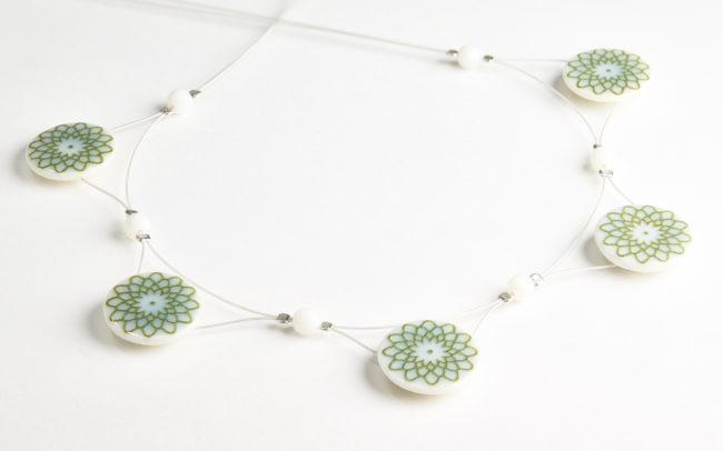 Porzellanschmuck - Maja Wlachopulos - Grünes Collier mit Blumenmuster